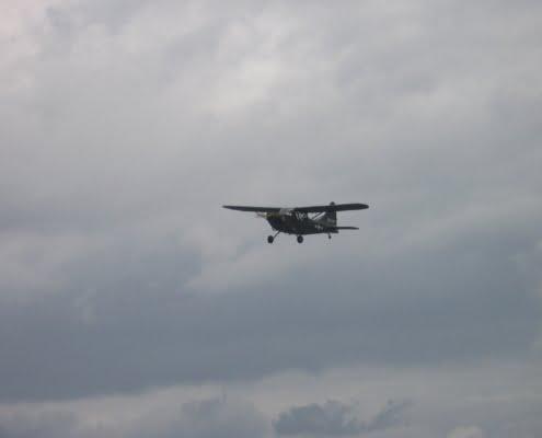 Survol d'un avion militaire pendant la cérémonie d'hommage aux vétérans britanniques